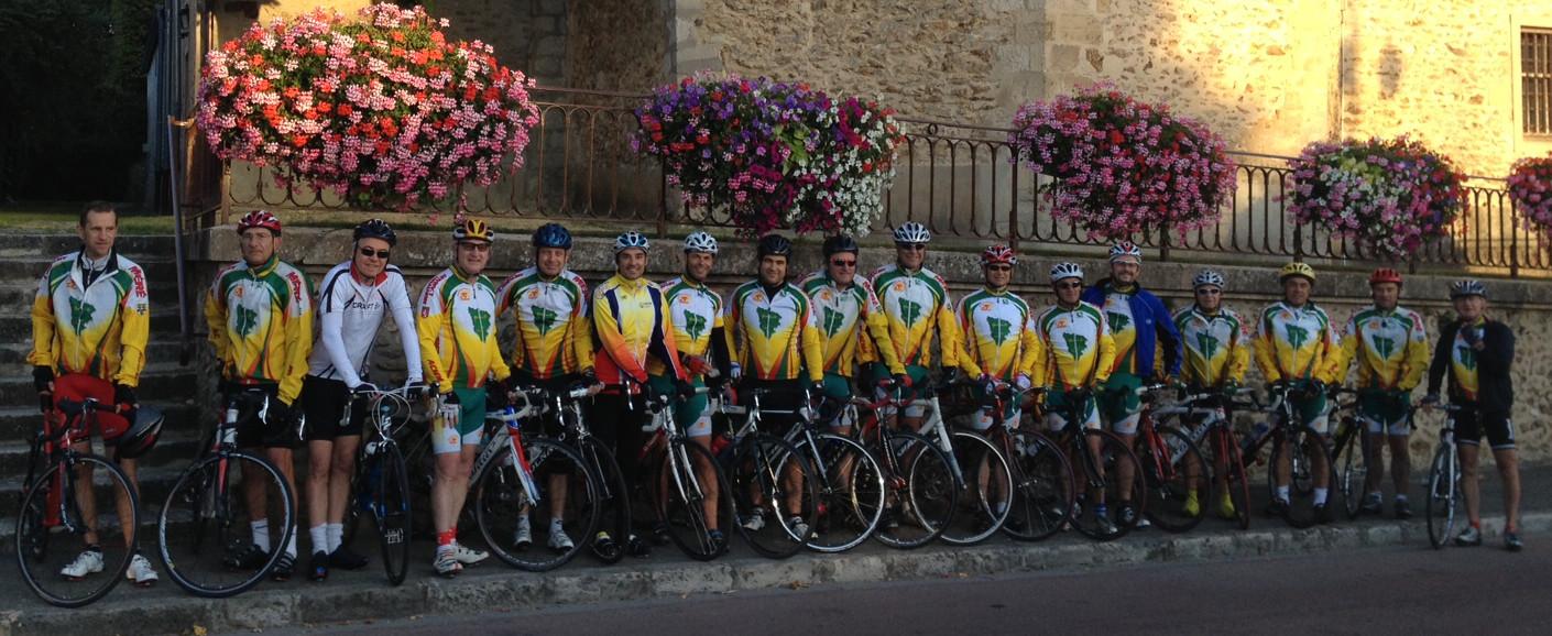 Les adhérents en tenue avec leur vélo, avant le départ, devant l'église de Méré.